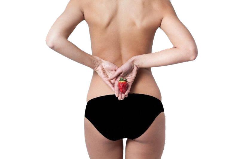 Frau in schwarzem Bioslip mit Erdbeere