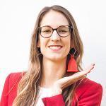 Frau hält Menstruationstasse