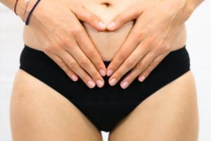 Regelschmerzen Hände die Bauch halten
