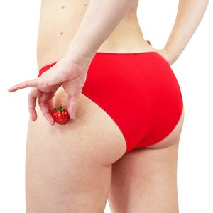 roter Slip aus Bio-Baumwolle und Hand mit Erdbeeren