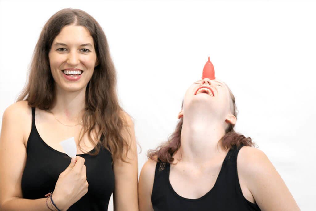 lachende Frauen mit Menstruationstasse