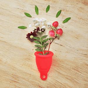 rote Menstruationstasse aus Silikon mit Blumen
