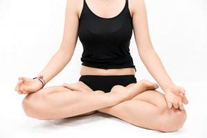 Frau meditiert während ihrer Periode