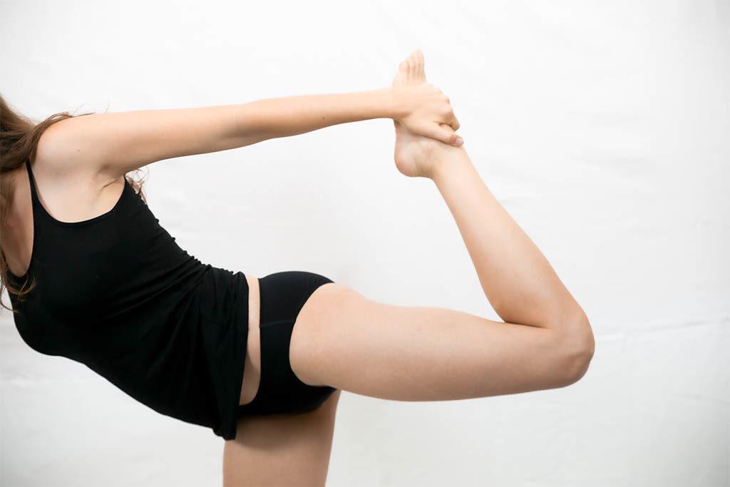 Frau betreibt Sport während ihrer Menstruation