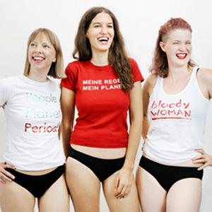 drei lachende Frauen reden über Menstruation