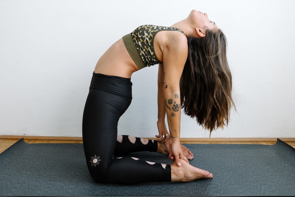 Daria Daria macht Yogapose gegen Regelschmerzen