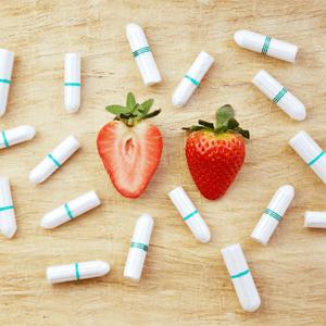 Tampons aus Bio-Baumwolle und Erdbeeren