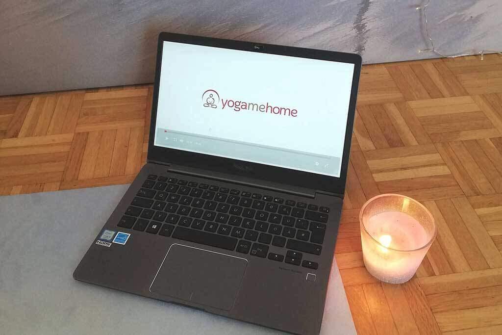 YogaMeHome auf Laptop mit Kerze
