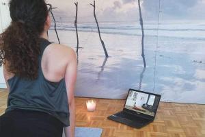 Frau macht Yoga mit Laptop