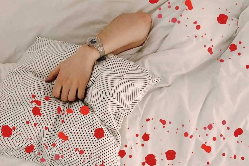 Frau im Bett während Menstruation