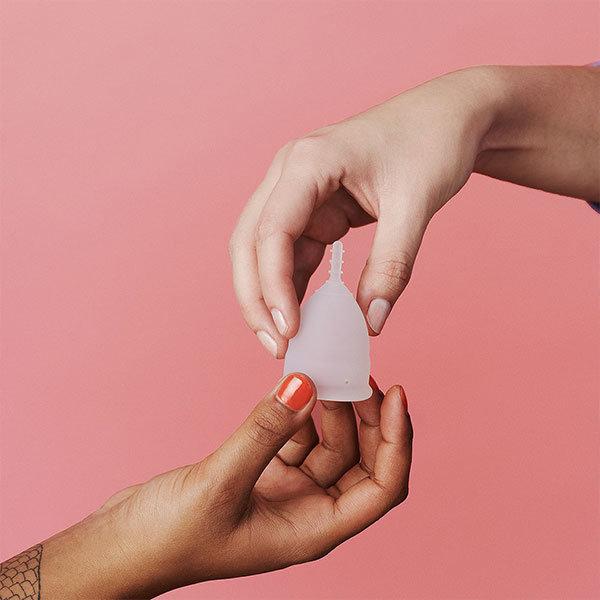 OrganiCup Menstruationstasse mit zwei Händen