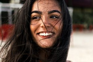 frau lächelt voller energie