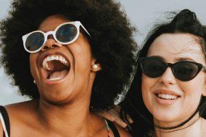 frauen lachen zusammen laut